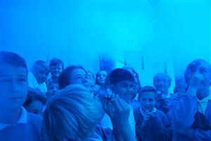 Children in the smoke tent experiencing the behaviour of smoke
